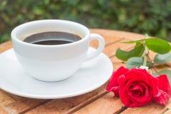 Kopp av svart kaffe i hemträdgård Royaltyfri Fotografi