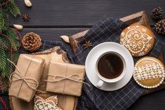 Kopp av svart kaffe med julpepparkakakakor Royaltyfria Foton