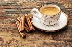 Kopp av svart kaffe med kanelbruna kryddor Retro stil tonad pict Arkivfoto