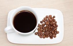 Kopp av svart kaffe och bönor Royaltyfria Foton