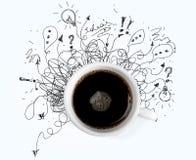 Kopp av svart kaffe och klotter på vit arkivfoton