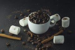 Kopp av svart kaffe och marshmallower med choklad över dem Arkivbilder