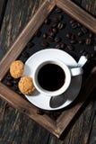 Kopp av svart kaffe på ett magasin, bästa sikt fotografering för bildbyråer