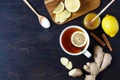 Kopp av svart naturligt te med ingefäran, citronen och honung Sund drink Varmt vinterdryckbegrepp royaltyfri bild