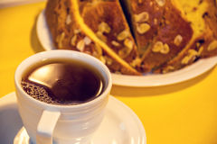 Kopp av svart te med panettonen Arkivfoton