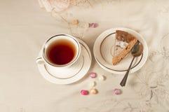 Kopp av svart te och en skivaäppelpaj Royaltyfri Fotografi