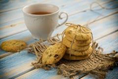 Kopp av tea med kexar arkivbild