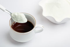 Kopp av tea med mejerimjölkpulver royaltyfri fotografi