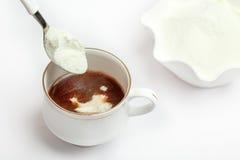 Kopp av tea med mejerimjölkpulver royaltyfri bild