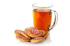 Kopp av tea och kakor på en platta Arkivbild