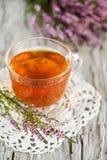 Kopp av tea och ljung arkivbilder