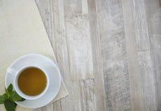 Kopp av tea på tabellen royaltyfria bilder