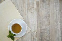 Kopp av tea på tabellen Fotografering för Bildbyråer