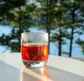 Kopp av tea på tabellen arkivfoto
