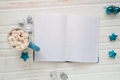 Kopp av varm kakao eller choklad med marshmallowen, feriedecorati Royaltyfria Bilder