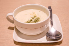 Kopp av varm soppa på en trätabell. Royaltyfri Foto