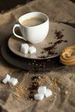 Kopp av varmt espressokaffe och kakan Royaltyfri Foto
