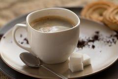 Kopp av varmt espressokaffe och kakan Arkivfoton