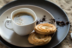 Kopp av varmt espressokaffe och kakan Royaltyfri Bild