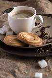 Kopp av varmt espressokaffe och kakan Royaltyfria Foton