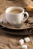 Kopp av varmt espressokaffe och kakan Royaltyfri Fotografi