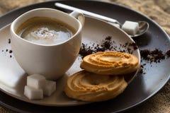 Kopp av varmt espressokaffe och kakan Arkivbilder