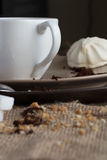 Kopp av varmt espressokaffe och kakan Arkivfoto