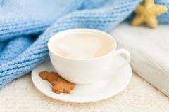 Kopp av varmt kaffe med mannen för julpepparkakakaka royaltyfria foton