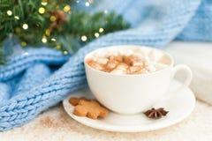 Kopp av varmt kaffe med mannen och marshmallower för julpepparkakakaka arkivfoto
