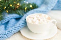 Kopp av varmt kaffe med marshmallower arkivfoto
