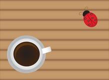Kopp av varmt kaffe på den wood tabellen med den gulliga nyckelpigan royaltyfri illustrationer