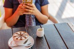 Kopp av varmt kaffe på trä Royaltyfria Foton