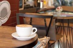 Kopp av varmt kaffe sent royaltyfria bilder