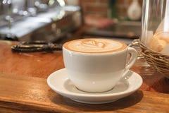 Kopp av varmt kaffe sent fotografering för bildbyråer
