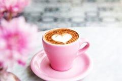 Kopp av varmt lattekaffe på marmortabellbakgrund royaltyfri bild