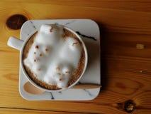 Kopp av varmt lattekonstkaffe på trätabellen Arkivbild