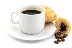 Kopp av varmt svart kaffe med bönor och gifflet för ett kaffe som isoleras på en vit bakgrund Fotografering för Bildbyråer