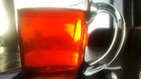 Kopp av varmt te i stång på tabellen Royaltyfria Foton