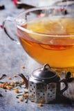 Kopp av varmt te med teastraineren Fotografering för Bildbyråer