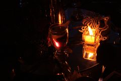 Kopp av vatten som är upplyst vid stearinljuset på partitabellen Royaltyfri Fotografi