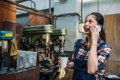 Kopp för hållande kaffe för personal för malningmaskin pappers- Royaltyfri Bild