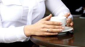 Kopp för kaffe för kvinnahandhåll stock video