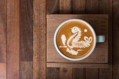 Kopp för Lattekonstkaffe på trätabellen royaltyfri foto