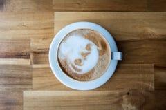 Kopp för Lattekonstkaffe på trätabellen royaltyfri fotografi