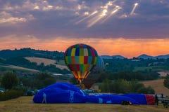 Kopp för Sagrantino italiensk internationell ballongutmaning med färgrika ballonger för varm luft på skymning Arkivfoto