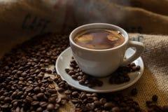 Kopp för svart kaffe med kaffebönor Royaltyfri Foto
