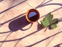 Kopp för svart kaffe på skuggabakgrund Royaltyfria Bilder