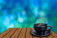Kopp för svart kaffe på trätappning Royaltyfri Foto