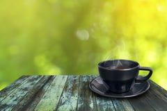 Kopp för svart kaffe på trätappning Royaltyfria Bilder