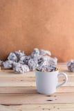 Kopp för vitt kaffe med avfallpapper jpg Arkivfoton